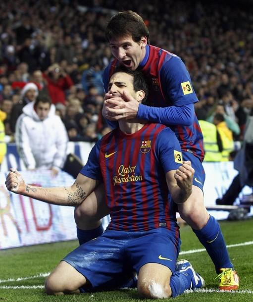 Leo Messi chia vui với Fabregas