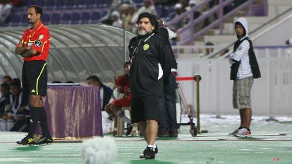 Maradona xô xát với đồng nghiệp