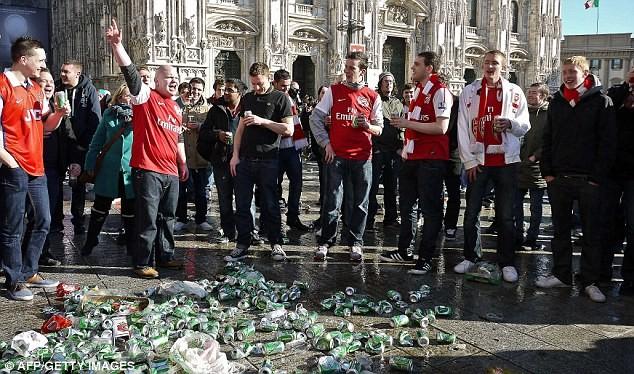 CĐV Arsenal tấn công cảnh sát