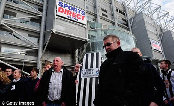 CĐV Newcastle mang quan tài đi biểu tình