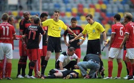 Cầu thủ Brazil đánh trọng tài Đức bất tỉnh ảnh 1