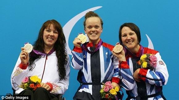 Ellie Simmonds (giữa) đang là một trong những VĐV nổi bật nhất Paralympic 2012