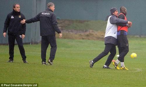 """Mancini giải thích vụ """"ẩu đả"""" với Balotelli ảnh 1"""
