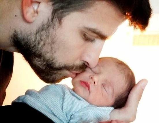 Shakira lần đầu khoe ảnh con trai Pique ảnh 1