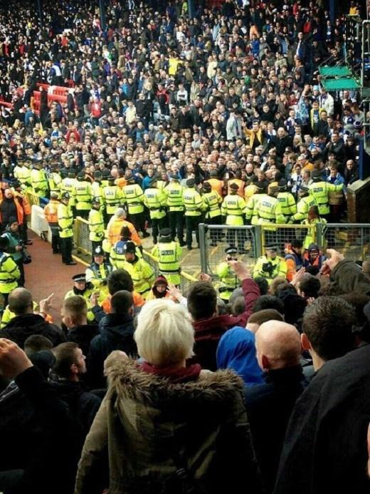 CĐV Burnley làm loạn sân Ewood Park ảnh 1