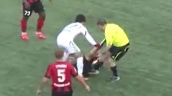 """Nổi """"cơn điên"""", trọng tài vào sân choảng nhau với cầu thủ ảnh 1"""