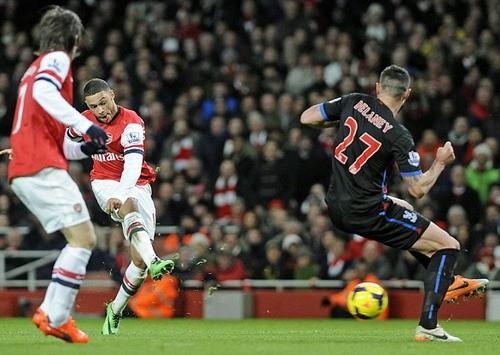 Arsenal chiếm lại ngôi đầu ảnh 1