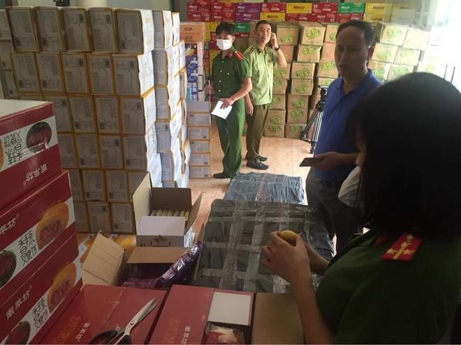 Vận chuyển 10 tấn bánh kẹo, trà sữa không rõ nguồn gốc từ Lào Cai về Hà Nội ảnh 1