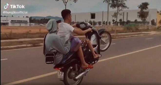 Khoe clip 'bốc đầu' xe lên mạng, nam thanh niên bị phạt hơn 4 triệu đồng ảnh 1