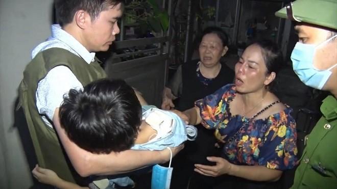 Công an giải cứu bé gái bị bố đẻ bạo hành ảnh 1