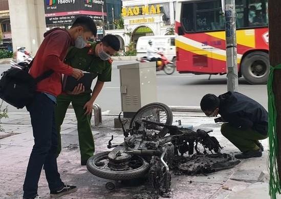 Chiếc xe máy cháy rụi trên đường Nguyễn Trãi ảnh 1