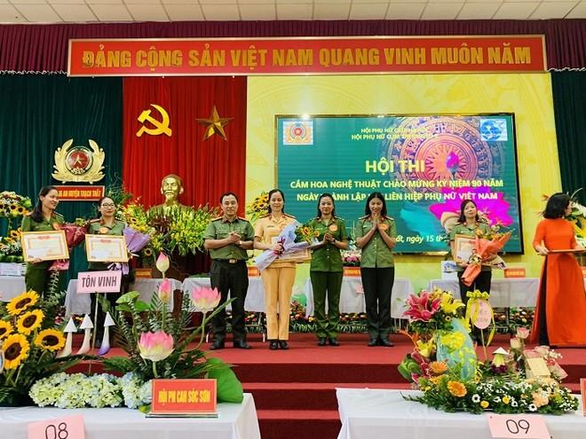 Phụ nữ Cụm thi đua số 7 Công an Hà Nội khoe tài cắm hoa nghệ thuật ảnh 5