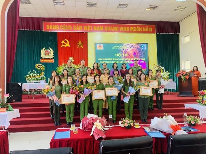 Phụ nữ Cụm thi đua số 7 Công an Hà Nội khoe tài cắm hoa nghệ thuật ảnh 6