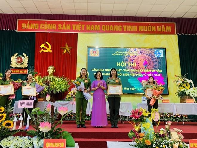 Phụ nữ Cụm thi đua số 7 Công an Hà Nội khoe tài cắm hoa nghệ thuật ảnh 4