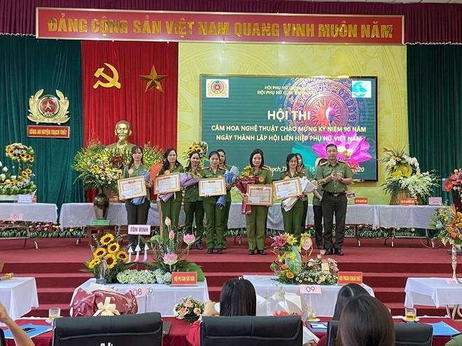 Phụ nữ Cụm thi đua số 7 Công an Hà Nội khoe tài cắm hoa nghệ thuật ảnh 3