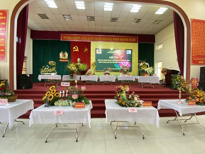 Phụ nữ Cụm thi đua số 7 Công an Hà Nội khoe tài cắm hoa nghệ thuật ảnh 2