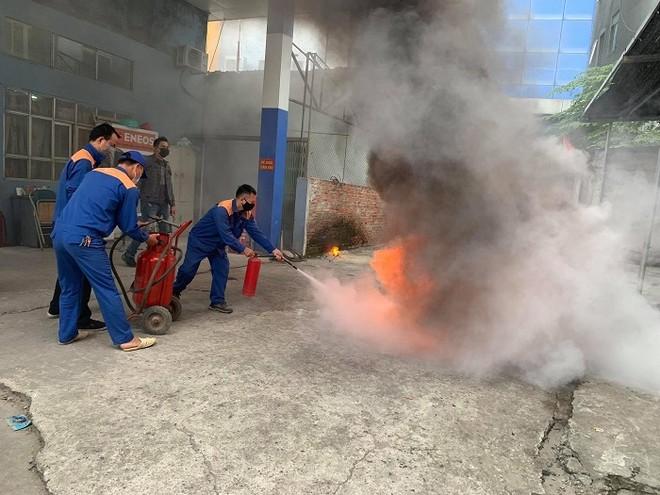 Cứu nhân viên mắc kẹt trong đám cháy giả định tại cây xăng CTM -GGE ảnh 1