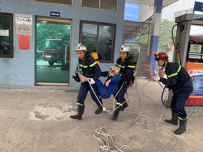 Cứu nhân viên mắc kẹt trong đám cháy giả định tại cây xăng CTM -GGE ảnh 4