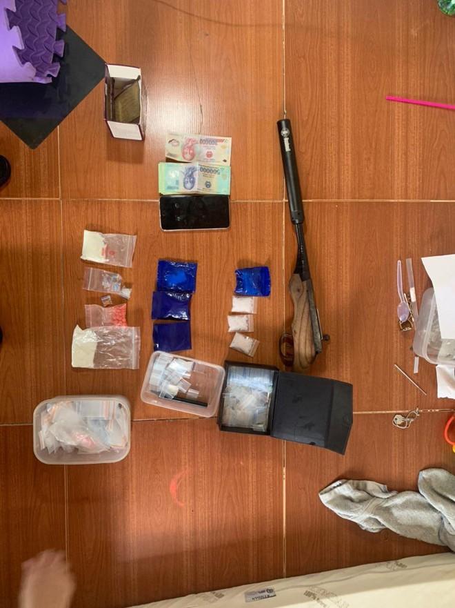 Cặp đôi bố - con chuyên buôn ma túy, tàng trữ súng tự chế ảnh 3