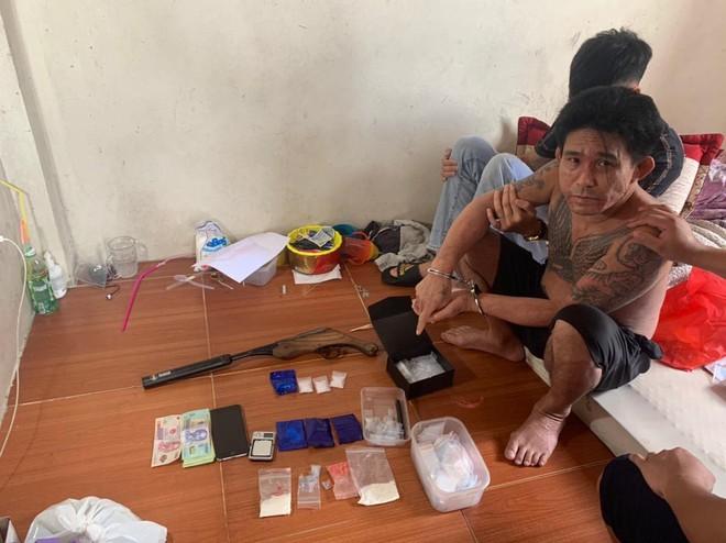 Cặp đôi bố - con chuyên buôn ma túy, tàng trữ súng tự chế ảnh 1