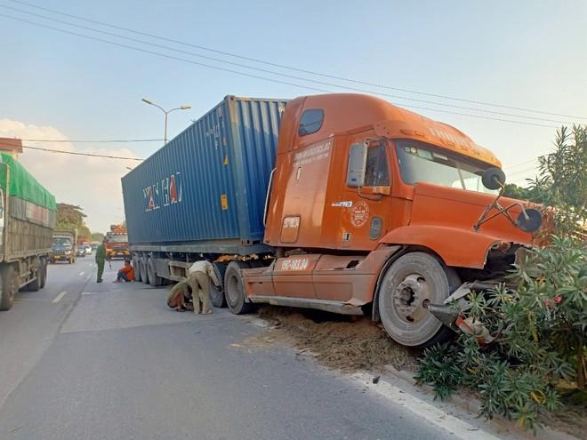 """Xe container """"húc"""" đổ cột đèn trên quốc lộ 5 ảnh 1"""