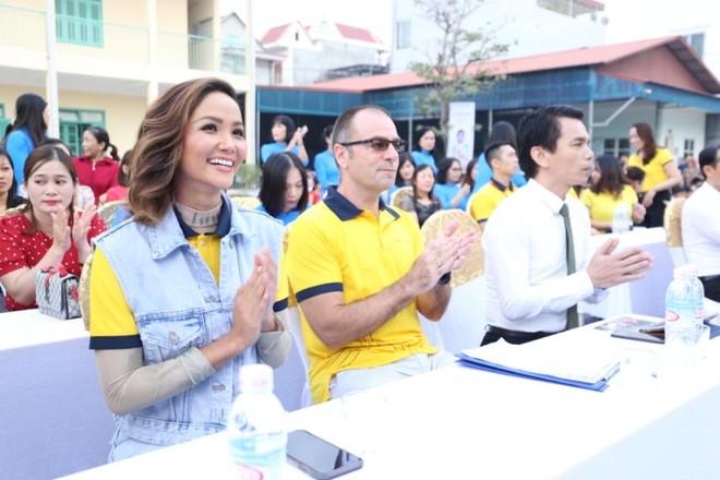 Sun Life trao tặng trụ bóng rổ cho 51 trường học trên cả nước ảnh 1