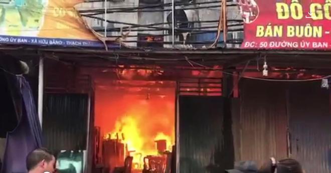 Cháy xưởng gỗ rộng 700 m2 ở huyện Thạch Thất ảnh 1