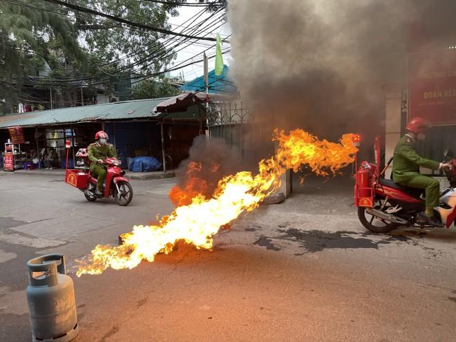 Cứu 3 người mắc kẹt trong đám cháy giả định xảy ra ở khu dân cư ảnh 2