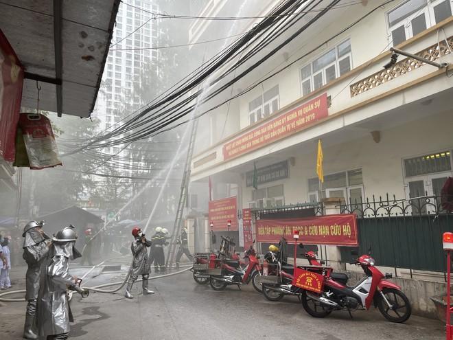Cứu 3 người mắc kẹt trong đám cháy giả định xảy ra ở khu dân cư ảnh 6