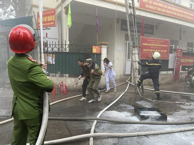 Cứu 3 người mắc kẹt trong đám cháy giả định xảy ra ở khu dân cư ảnh 4
