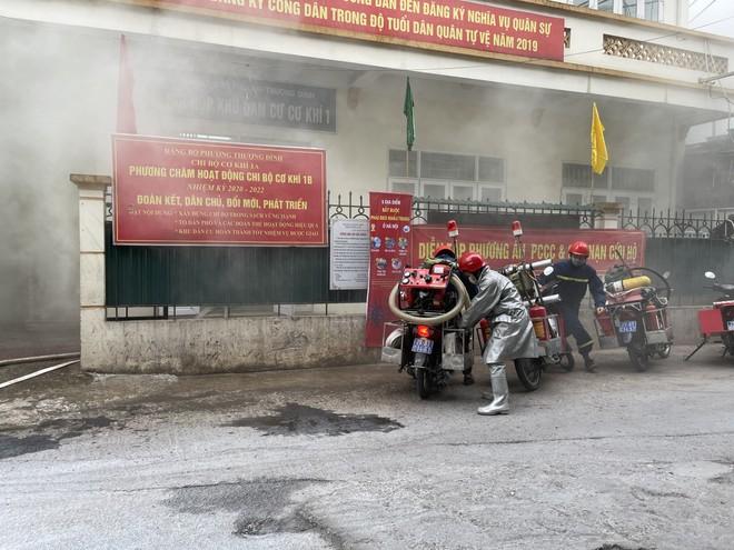Cứu 3 người mắc kẹt trong đám cháy giả định xảy ra ở khu dân cư ảnh 3