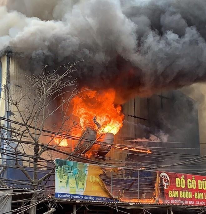 Vụ cháy khu xưởng gỗ ở huyện Thạch Thất: 8 cơ sở chịu thiệt hại! ảnh 1