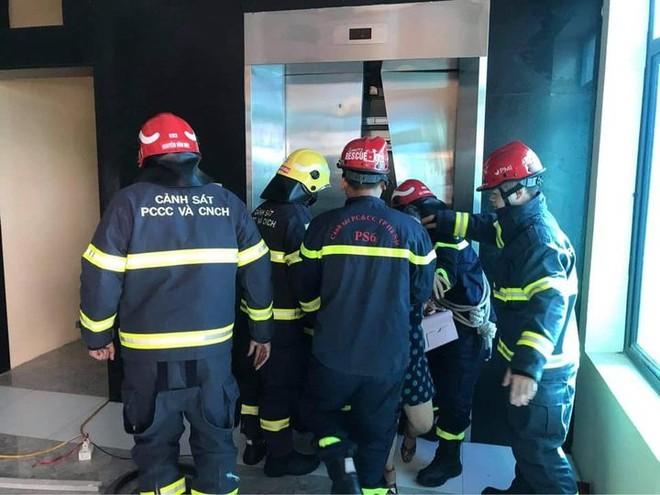 Hà Nội: Giải cứu hàng chục người mắc kẹt trong thang máy ảnh 1
