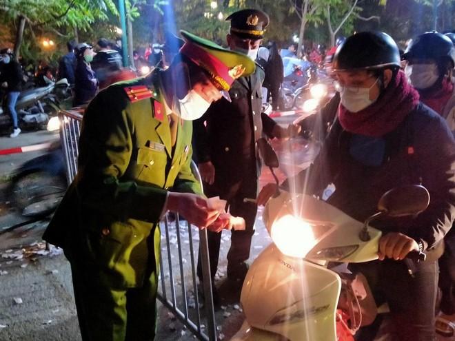 Bảo vệ an toàn cho người dân vui đón lễ Giáng sinh ảnh 1
