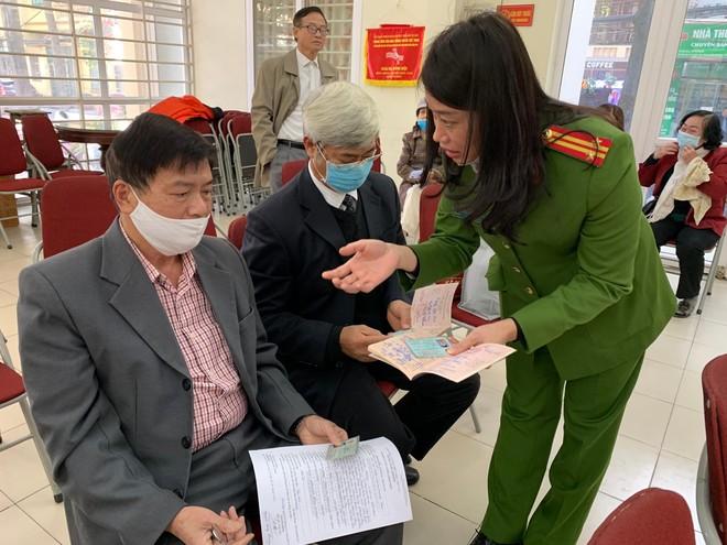 Công an quận Thanh Xuân đến khu dân cư cấp căn cước gắn chíp điện tử cho người dân ảnh 4