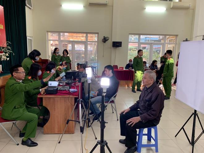 Công an quận Thanh Xuân đến khu dân cư cấp căn cước gắn chíp điện tử cho người dân ảnh 5