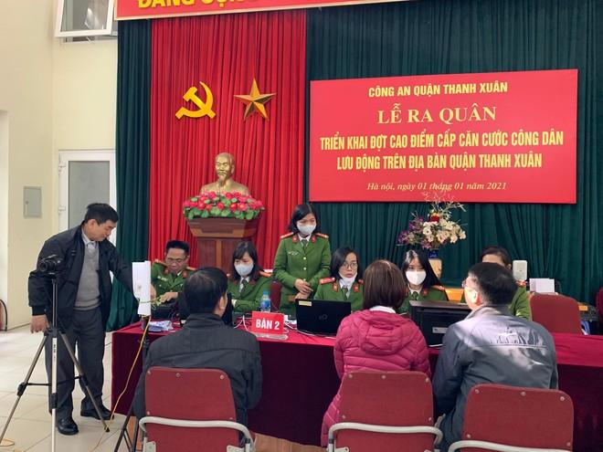 Công an quận Thanh Xuân đến khu dân cư cấp căn cước gắn chíp điện tử cho người dân ảnh 1