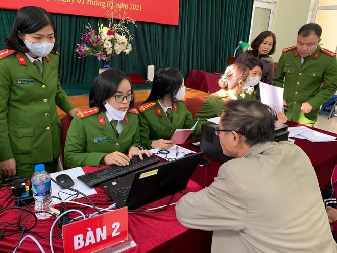 Công an quận Thanh Xuân đến khu dân cư cấp căn cước gắn chíp điện tử cho người dân ảnh 3
