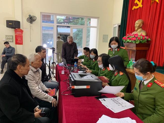 Công an quận Thanh Xuân đến khu dân cư cấp căn cước gắn chíp điện tử cho người dân ảnh 2