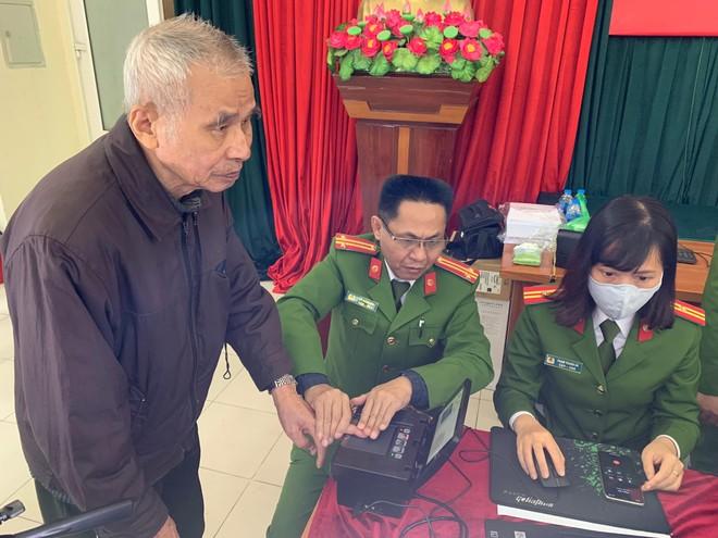 Công an quận Thanh Xuân đến khu dân cư cấp căn cước gắn chíp điện tử cho người dân ảnh 6