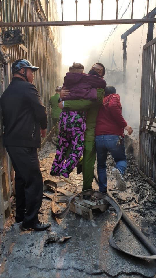 Kịp thời giải cứu nhiều người mắc kẹt trong đám cháy ảnh 1