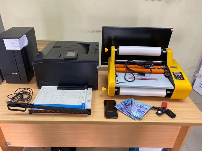 Bắt đối tượng sản xuất tiền giả bằng máy in màu ảnh 2