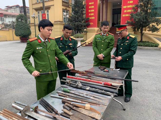 Công an quận Thanh Xuân thu hồi nhiều súng, đạn, vũ khí các loại ảnh 1
