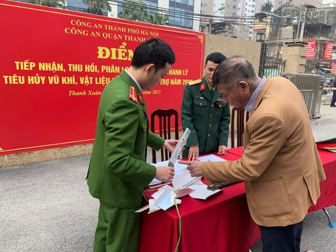 Công an quận Thanh Xuân thu hồi nhiều súng, đạn, vũ khí các loại ảnh 3