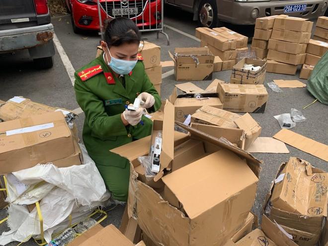 Công an Hà Nội phát hiện 39.000 sản phẩm khóa và phụ kiện cửa giả ảnh 2