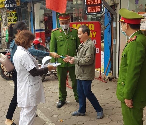 Công an quận Đống Đa, Hà Nội: Xử phạt 46 trường hợp không đeo khẩu trang nơi công cộng ảnh 3