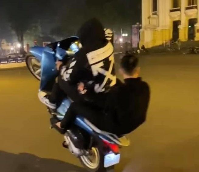 Công an Hà Nội: Xử phạt 2 nam thanh niên 'bốc đầu' xe máy ảnh 1