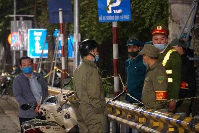 [Ảnh] Công an Hà Nội đảm bảo an toàn tại điểm bắn pháo hoa đêm giao thừa ảnh 9