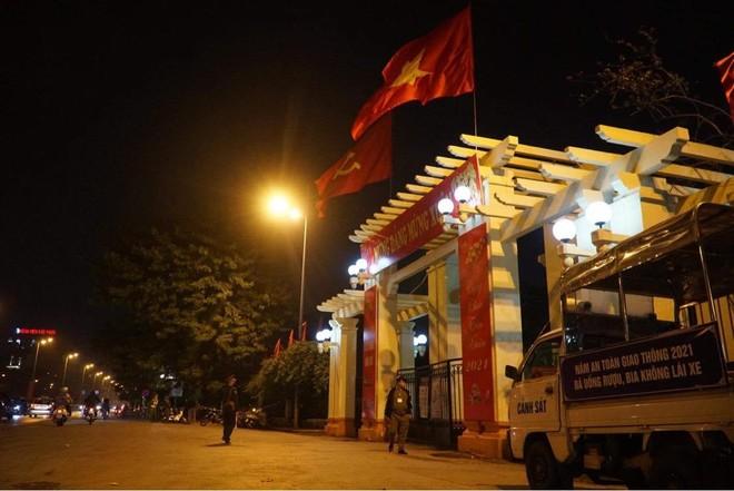 [Ảnh] Công an Hà Nội đảm bảo an toàn tại điểm bắn pháo hoa đêm giao thừa ảnh 7