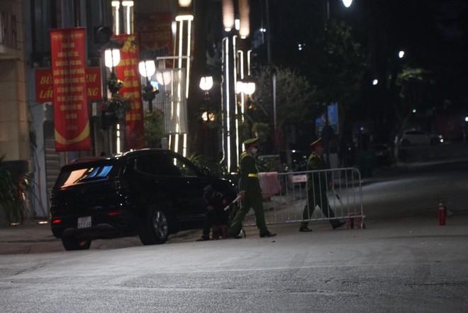 [Ảnh] Công an Hà Nội đảm bảo an toàn tại điểm bắn pháo hoa đêm giao thừa ảnh 10